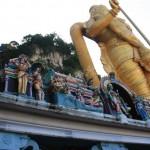 Statue vor der Batu Höhle