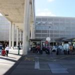 Weg zur Bushaltestelle am Flughafen