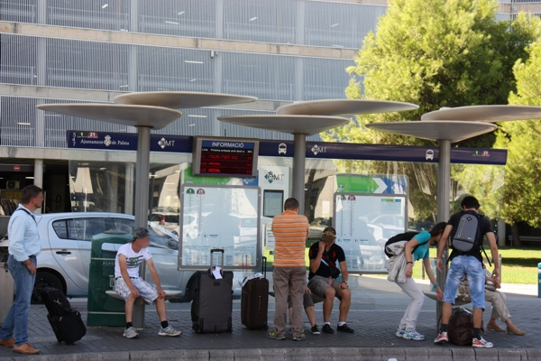 Bushaltestelle am Flughafen