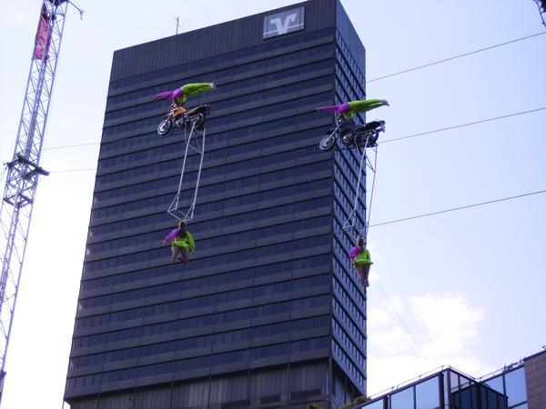 Akrobatik zwischen den Hochhäusern