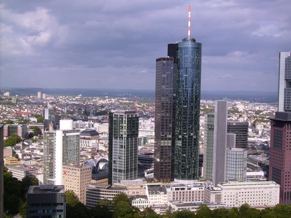 Main-Tower im Mittelpunkt der Skyline