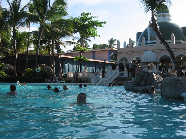 Pool im AI-Ressort Riu Bambu