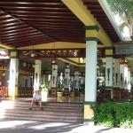 Hoteleingang Riu Bambu im traditionellen Stil