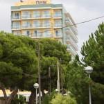 Blick von der Seitenstraße auf das Hotel Timor