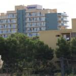 hoch ragt das Hotel Timor