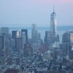 Blick auf das One World Trade Center bei Dämmerung vom Empire State Building