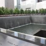 9/11 Mahnmal mit Wasserfall und Inschriften der Opfer