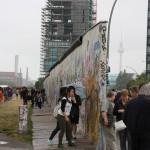 East Side Gallery in Berlin mit Fernsehturm im Hintergrund