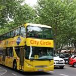 Sightseeing-Bus auf dem Kursfürstendamm in Berlin