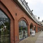 Geschäfte unter der S-Bahn-Trasse