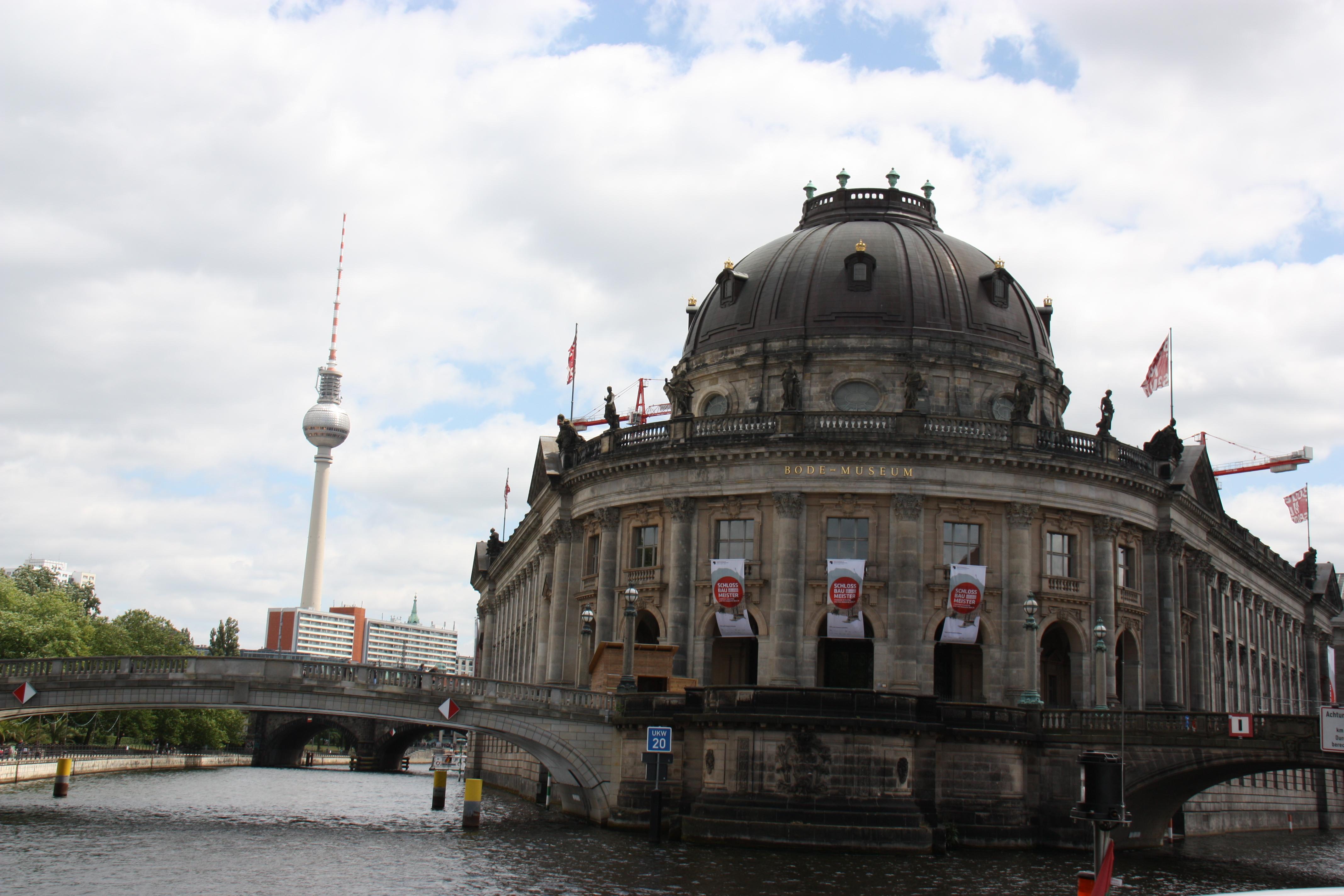 Schifffahrt vorbei am Berliner Dom