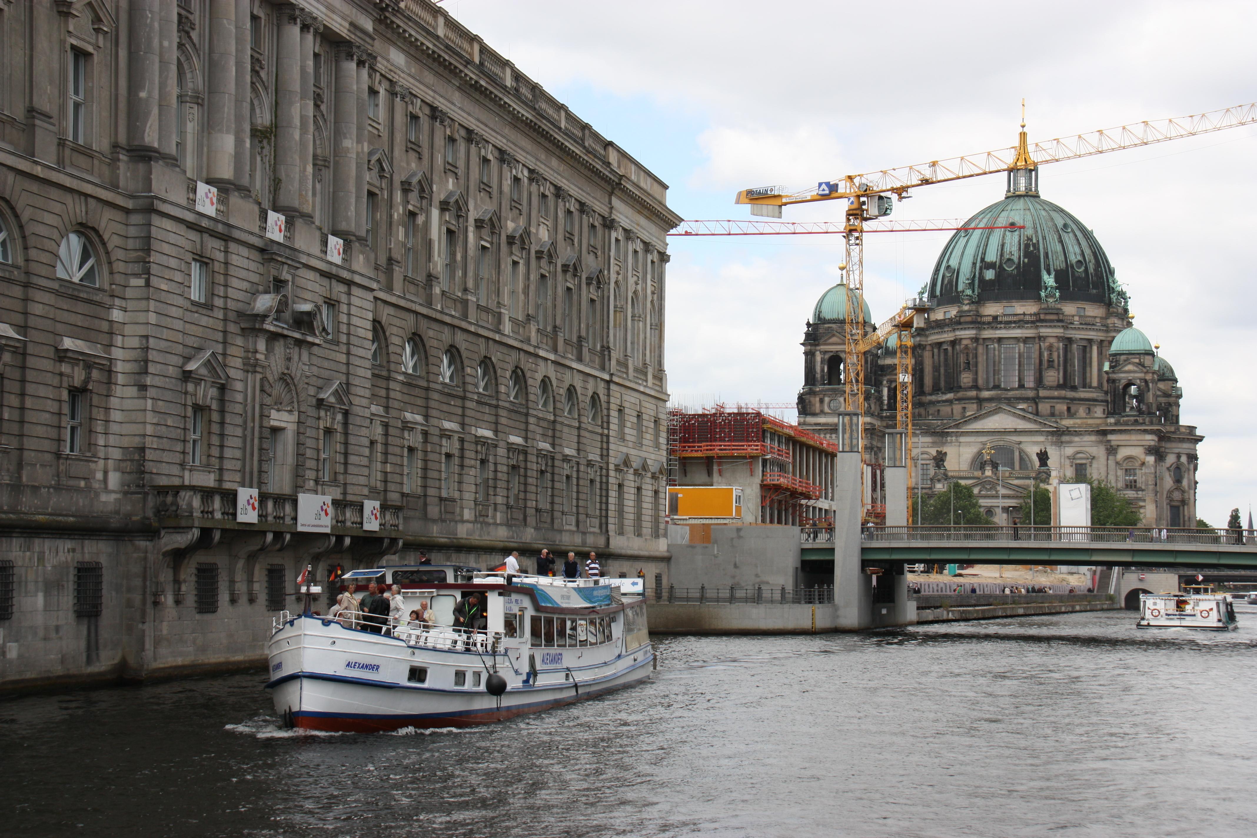 Schiffe auf der Spree vor dem Berliner Dom
