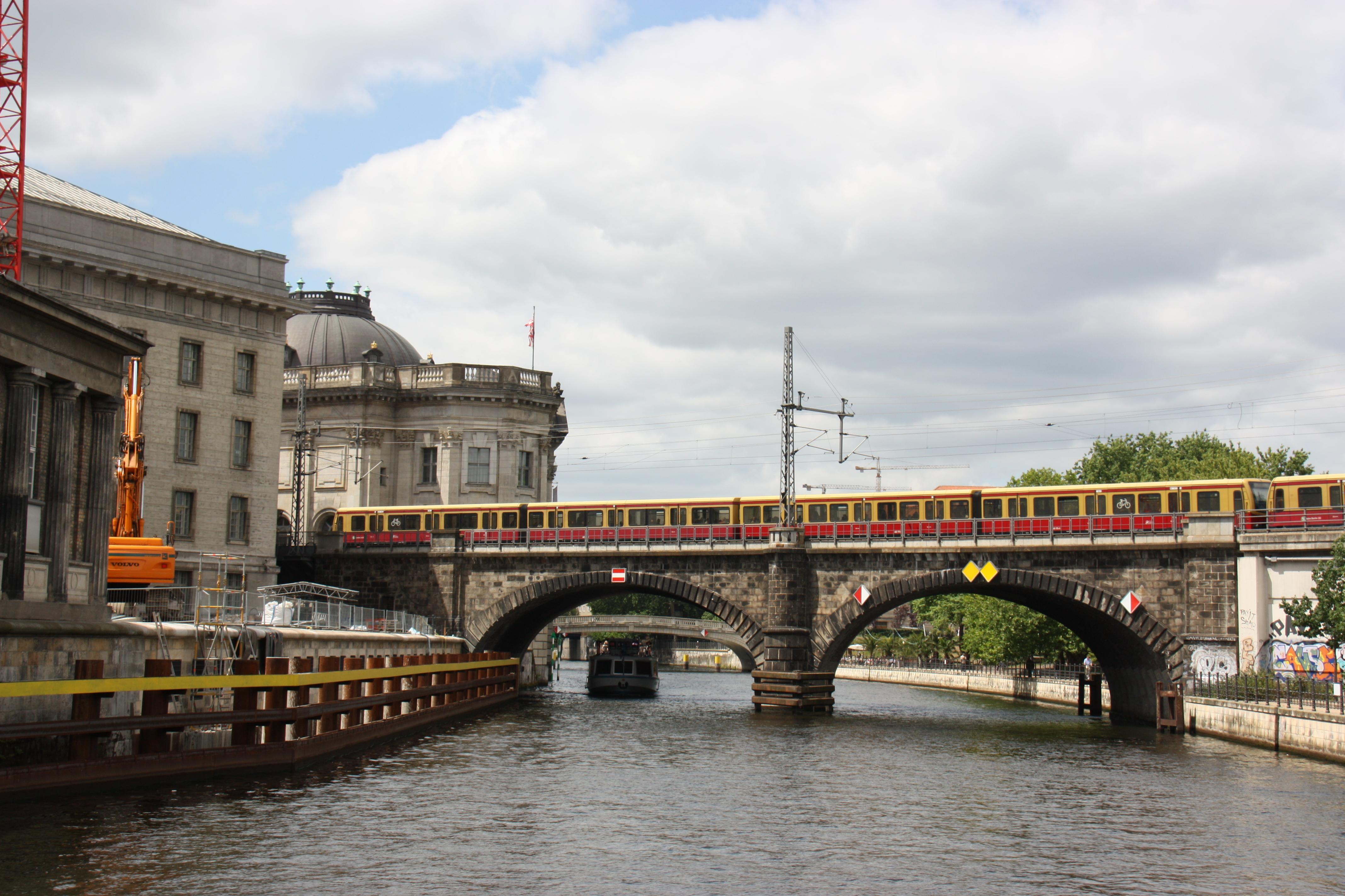 S-Bahn überquert in Berlin Mitte die Spree