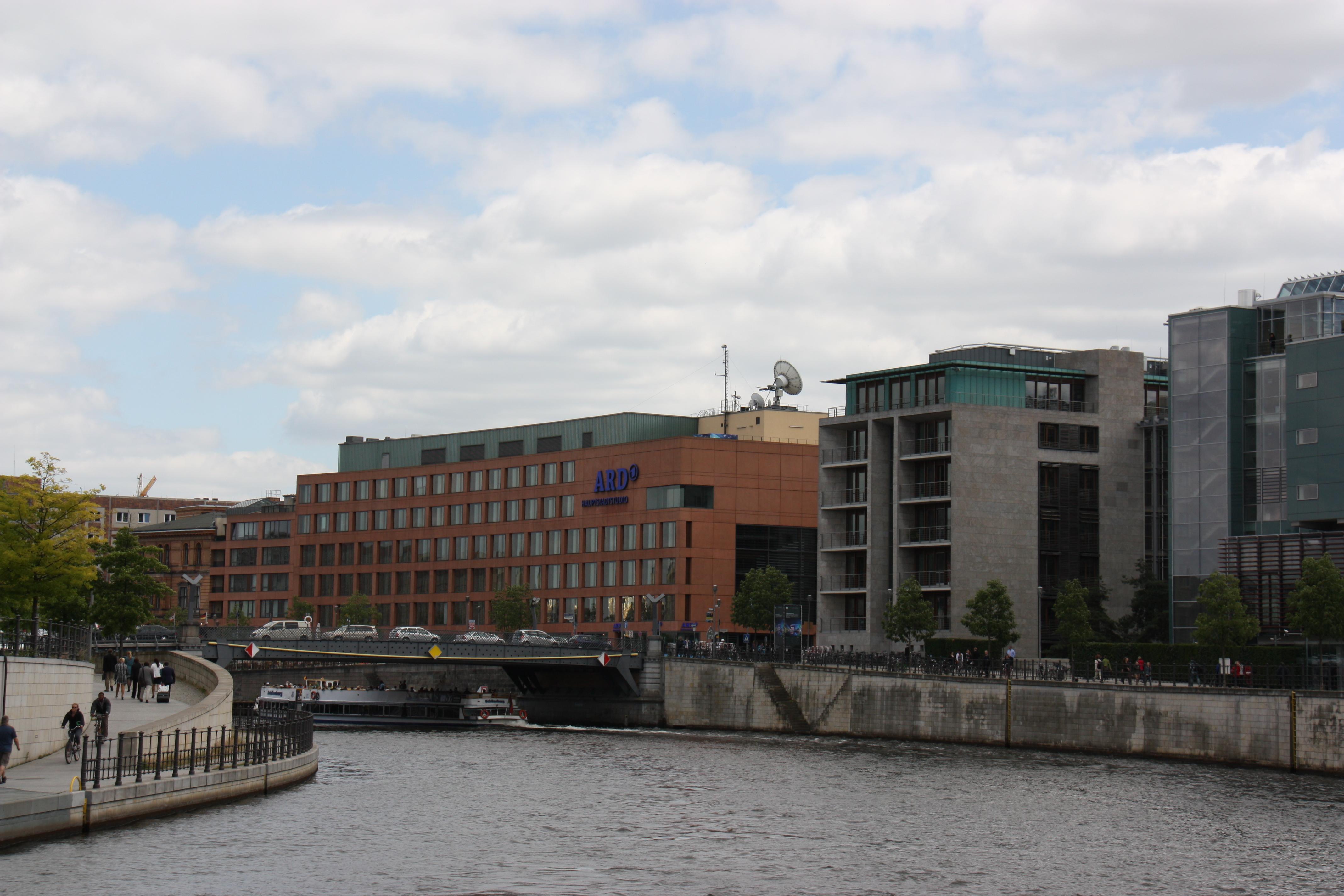 Blick auf das ARD Hauptstadtstudio von der Spree