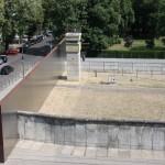 Erhaltene Berliner Mauer mit Grenzstreifen