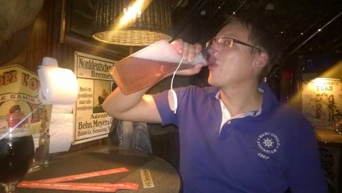 Bier aus der Urinflasche im Klo