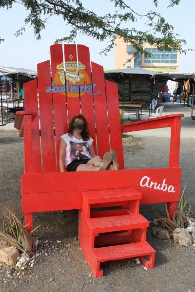 Großer Stuhl vor dem Aruba Markt