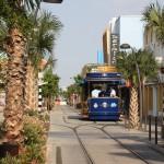 Straßenbahn durch die Einkaufstraße auf Aruba