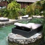 großzügige Sonnenbetten im Kontiki Beach Resort