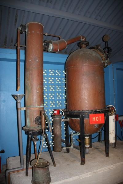 Historische Brennkessel zur Herstellung des Blue Curacao
