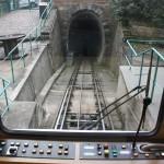 Einfahrt der Dresdner Standseilbahn in den Tunnel