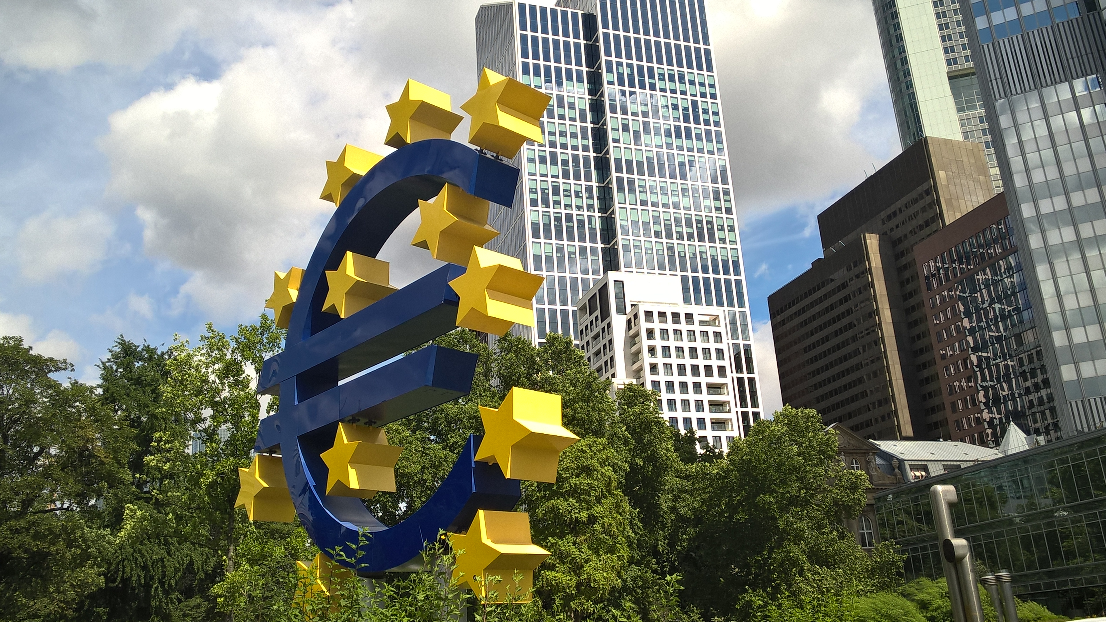 Euro in Frankfurt vor dem Euro-Tower