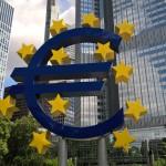 Euro vor dem Eurotower in Frankfurt