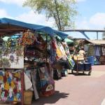 Verkaufsstände vor runder Markthalle Willemstad - Curacao