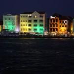 Häuser an der Handelskaade bei Nacht