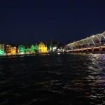 Handelskaade und Pontonbrücke bei Nacht