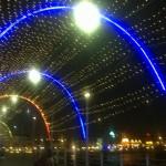 Bunte Lichter über der Königin Emma Brücke