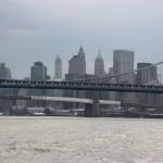 Brooklyn Bridge vor Manhattan