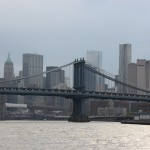 Brooklyn Bridge vor Manhattan