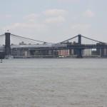 Brücke überspannt den East River