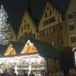 Weihnachtsmarkthütten neben dem Weihnachtsbaum