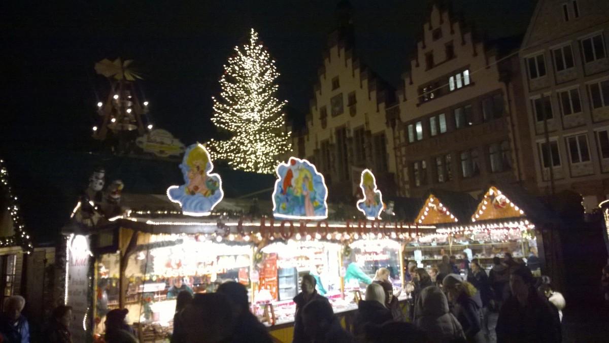 Weihnachtsmarkthütten vor dem Römer