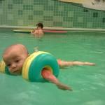 Baby im Kinderpool