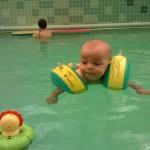 Baby mit Schwimmflügeln