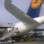 Lufthansa-Flugzeug auf dem Frankfurter Flughafen