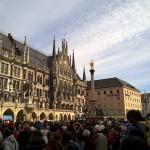 Glockenspiel vor dem Marienplatz München 2015