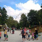 Freizeitpark mit Blick auf das Riesenrad