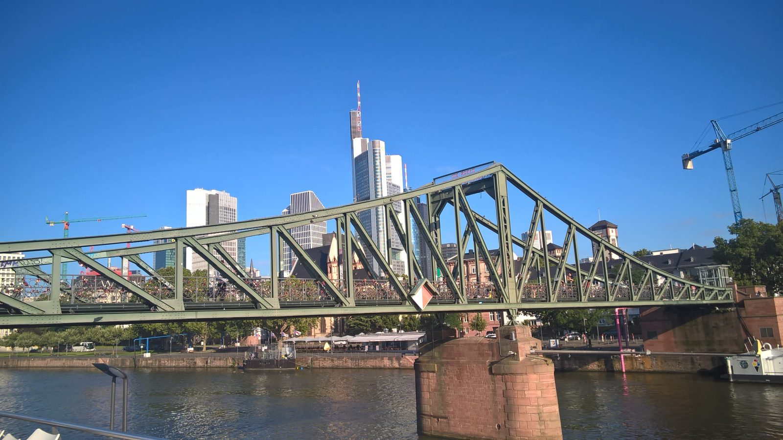 Eiserner Steg vor Skyline in Frankfurt