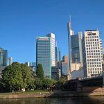 Blick vom Main auf die Frankfurter Skyline