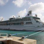 Kreuzfahrtschiff vor Anker in der Karibik
