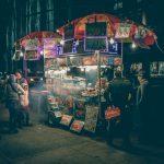New Yorker Hot Dog-Stand bei Nacht. Wenns mal kein Candle Light Dinner sein soll