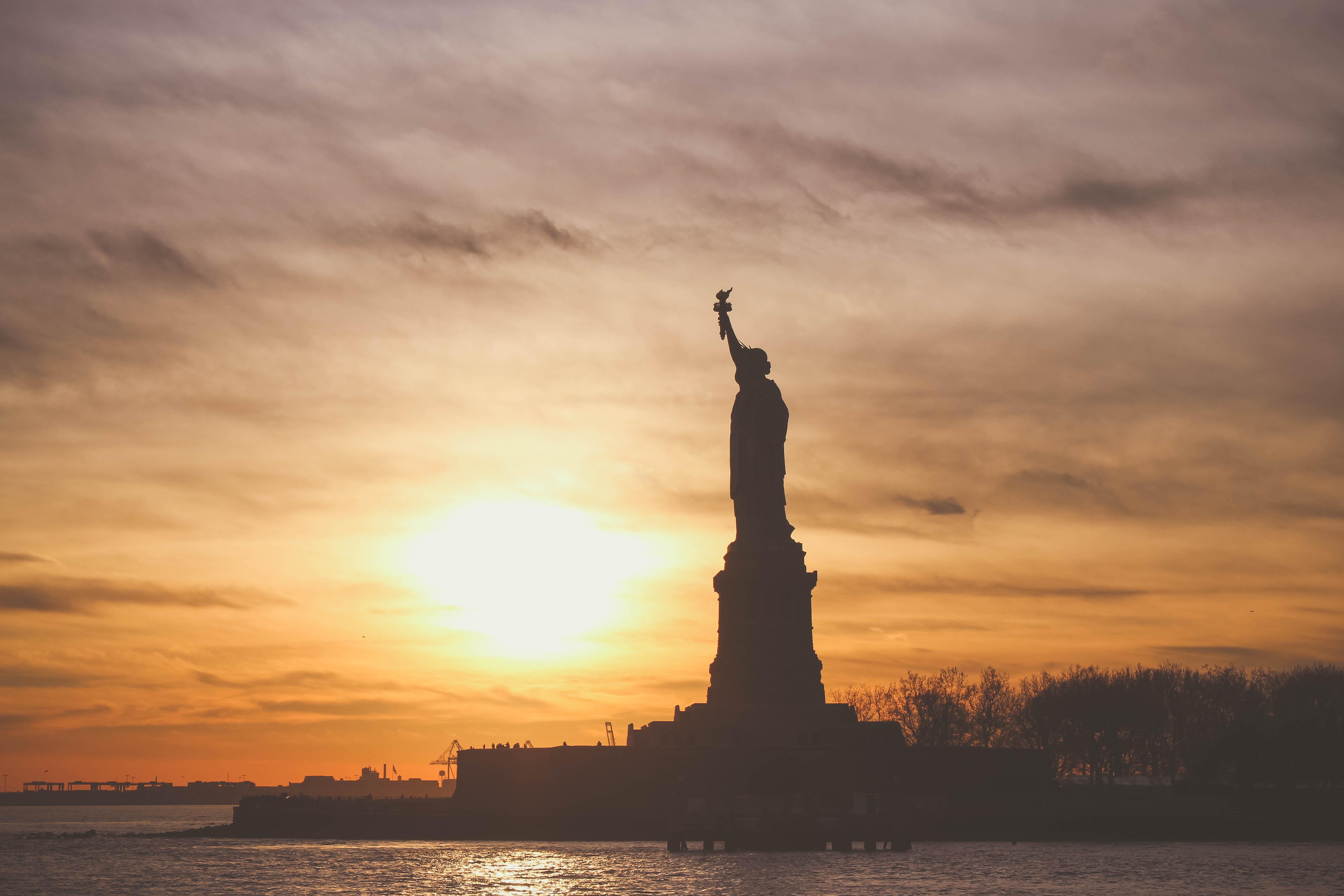 Lady Liberty begrüßt die frisch Verliebten.